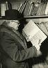 """""""Vor dem Bücherregal"""" Magazin der Musikaliensammlung um 1955. Foto: Bildersammlung (Signatur: BISA812b)"""