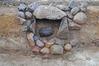 interner Link (neues Fenster): Bild vergrößern: Abb. 2. Neubrandenburg, Fpl. 41. Befund 346. Seitlich geöffnete Steinkiste mit einer ovalen Schachtelurne.