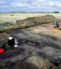Unter dem weiten Himmel Mecklenburgs: Studierende der Universität Hamburg legen das mittelalterliche Grabenwerk frei. Foto: Universität Hamburg [M]