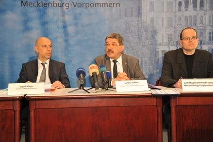 Innenminister Lorenz Caffier und der Direktor des Landeskriminalamtes, Ingolf Mager,(v.r.n.l.) bei der Vorstellung der Polizeilichen Kriminalstatistik 2011