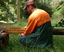 Mitarbeiter des Nationalparkamtes beim Anbringen der Schilder zum Kranichschutz